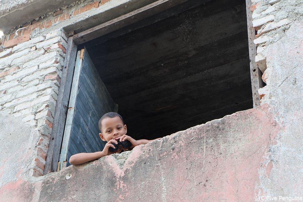 2階から双眼鏡で街を覗いていた少年に胸キュン <サンティアゴ・デ・クーバ>