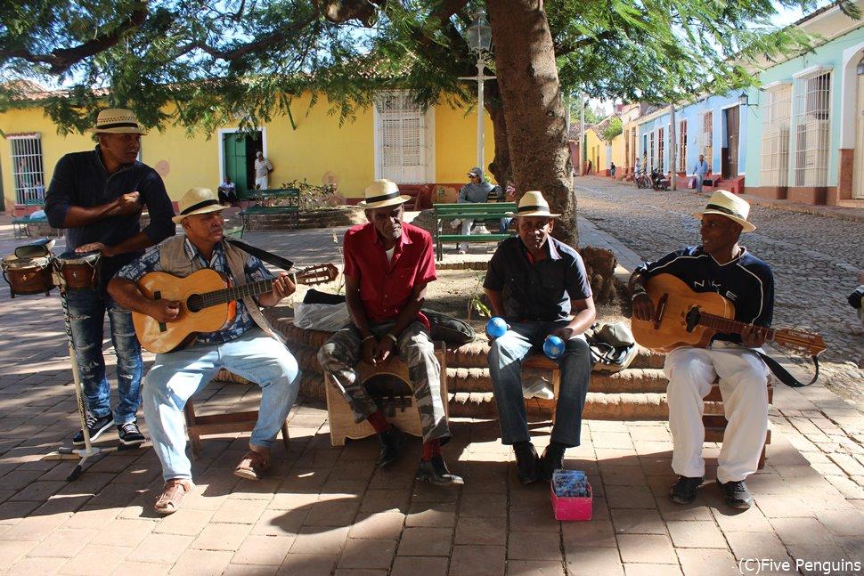 広場で演奏するミュージシャン <トリニダー>