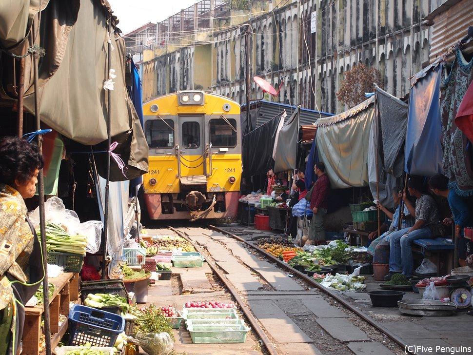 電車がくる線路沿いで店を構える必要性はあるのだろうか…。