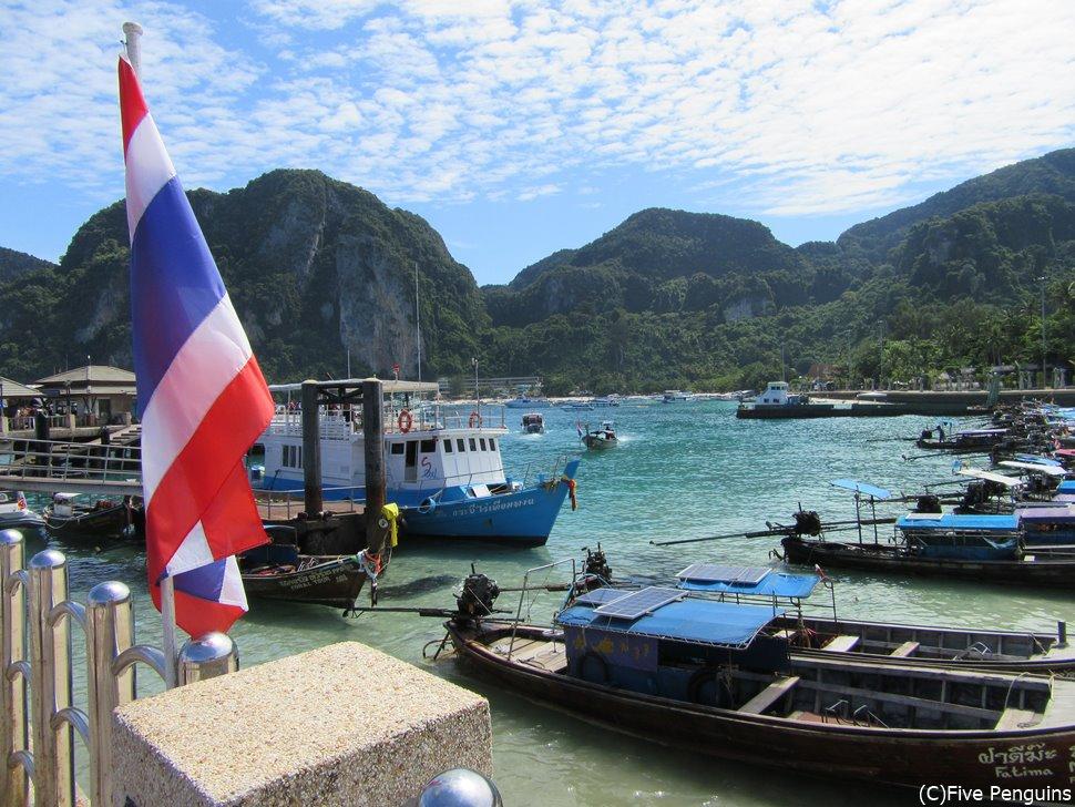 ピピ島は港ですら天国のような美しさ。
