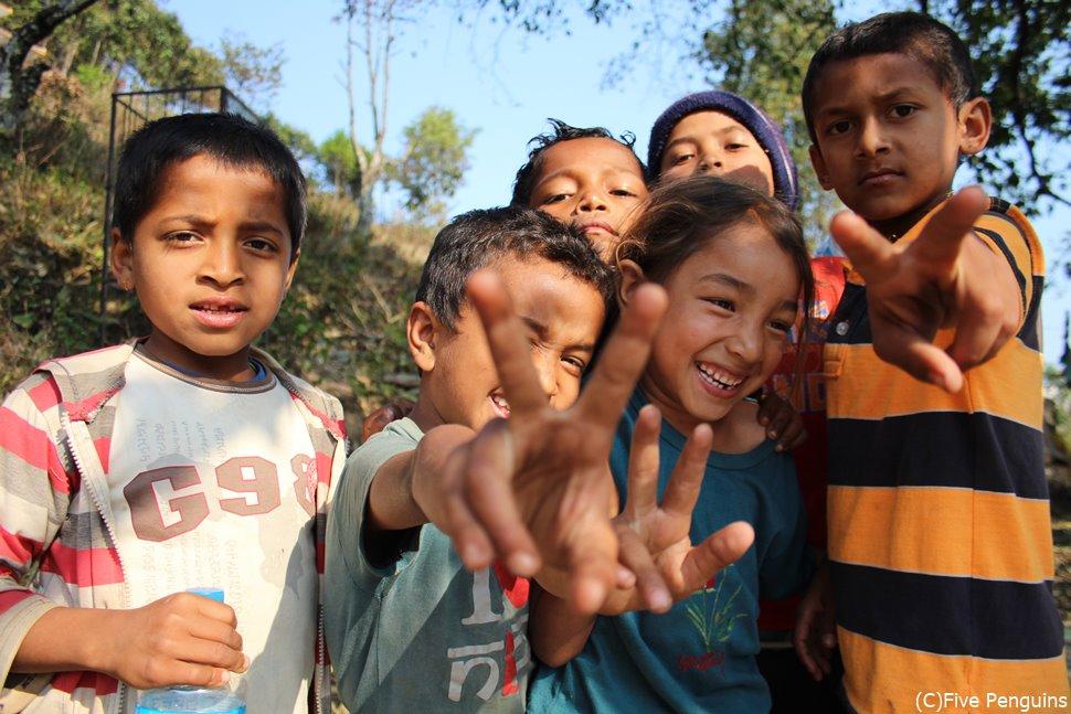 ネパールの子供達も待っています。<ポカラ>