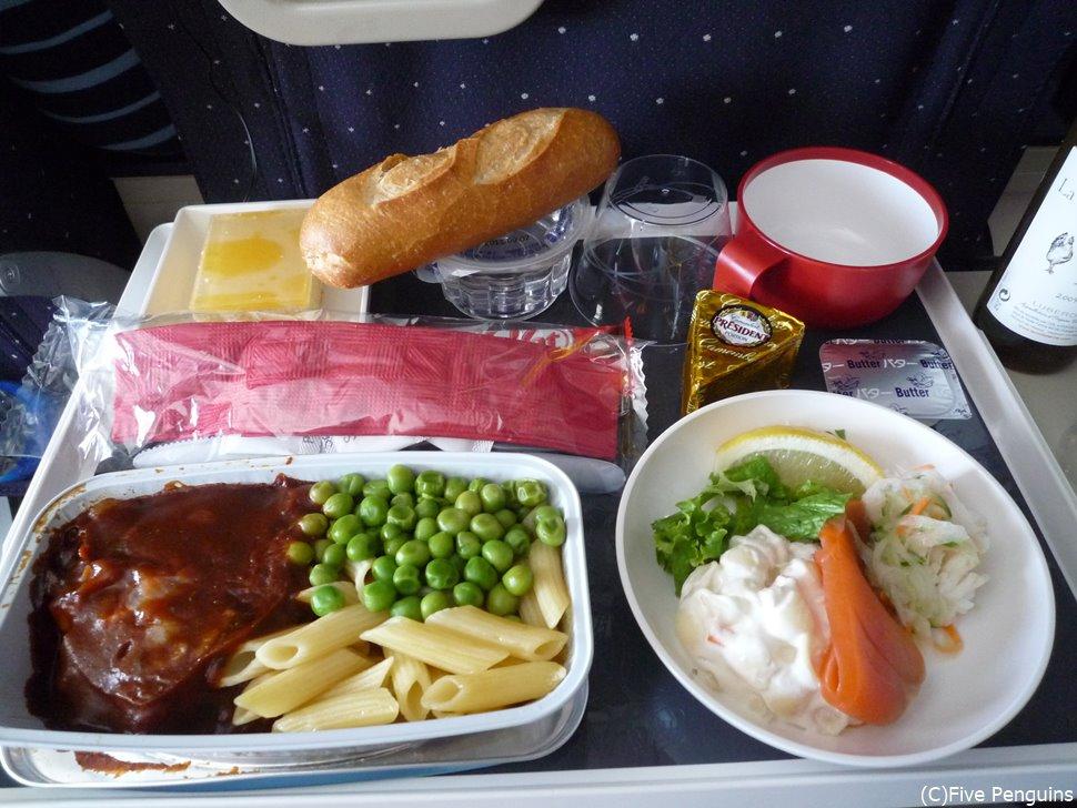エールフランスのボリューミーな機内食にお腹いっぱいです