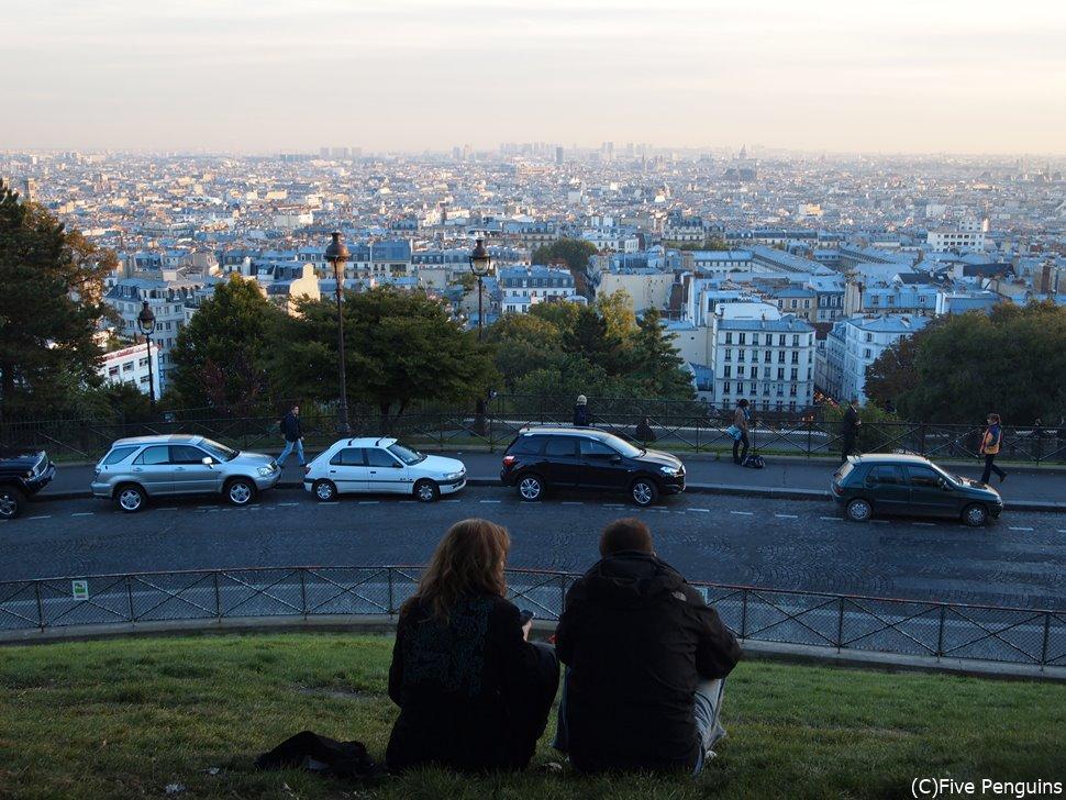 秋のモンマルトルの丘から見るパリの街並み。