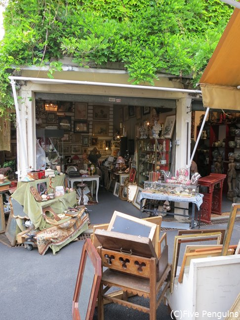 クリニヤンクール蚤の市にあるお店。