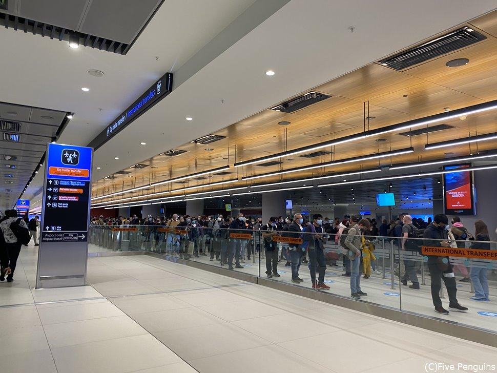 コロナ禍のイスタンブール空港 国際線乗り継ぎ 手荷物検査