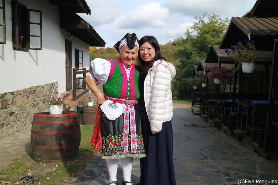 世界遺産ホーロッケー村で伝統衣装のおばあちゃんと記念写真