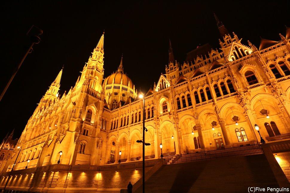 ライトアップされた夜の国会議事堂<ブダペスト>