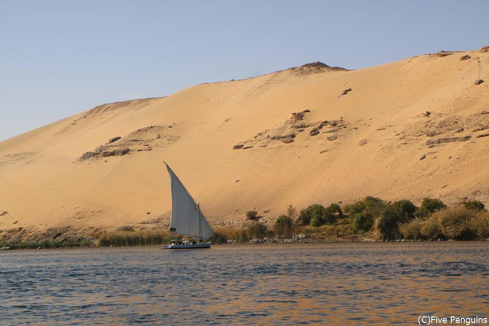 ファルーカ(帆掛け舟)でナイル川をゆったりクルージングするのも風情がありますね。