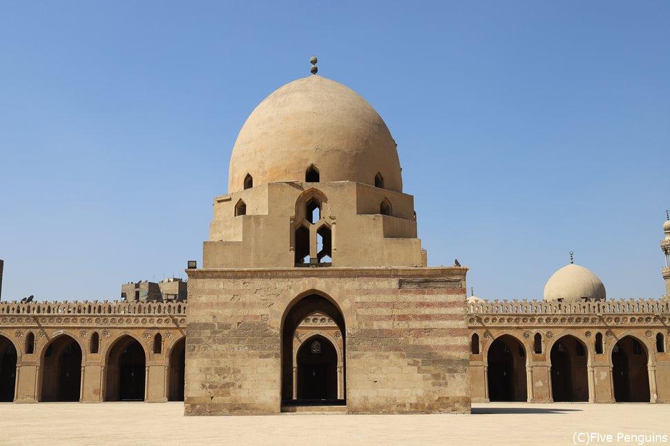 カイロにはイブン・トゥールーン・モスクなど観光スポットがたくさん。