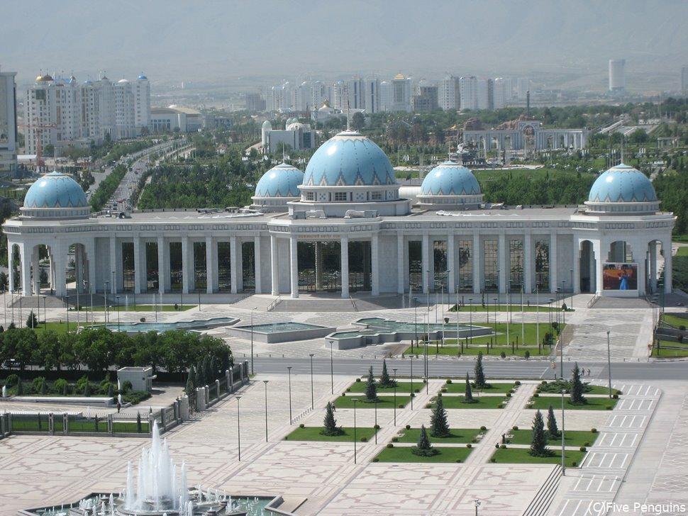 整然とした首都 アシハバードの独立広場