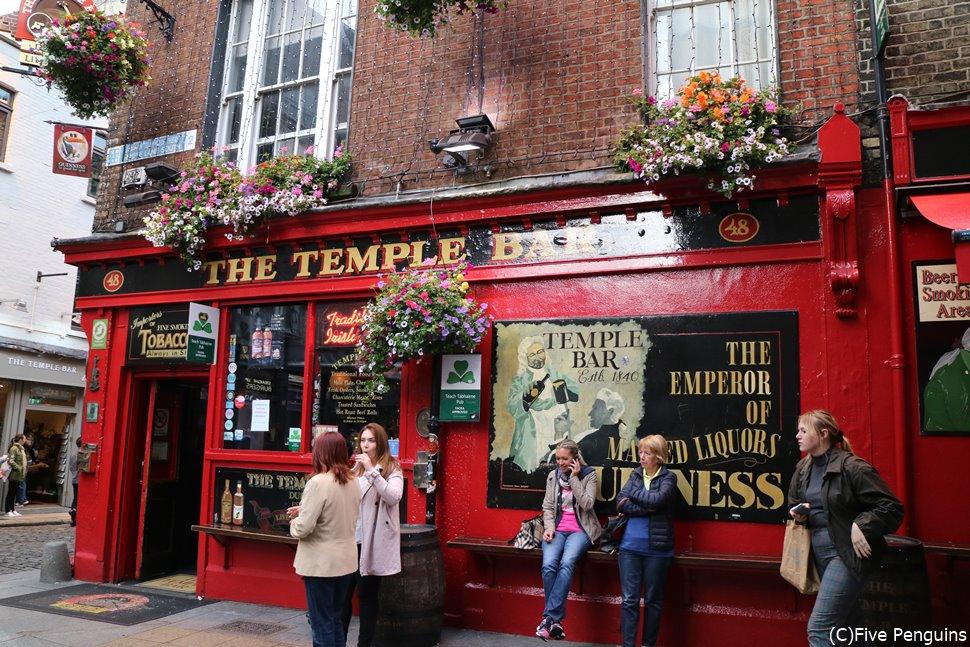 レストランやバーの多いテンプルバーではダブリンの若者が集まる(ダブリン)