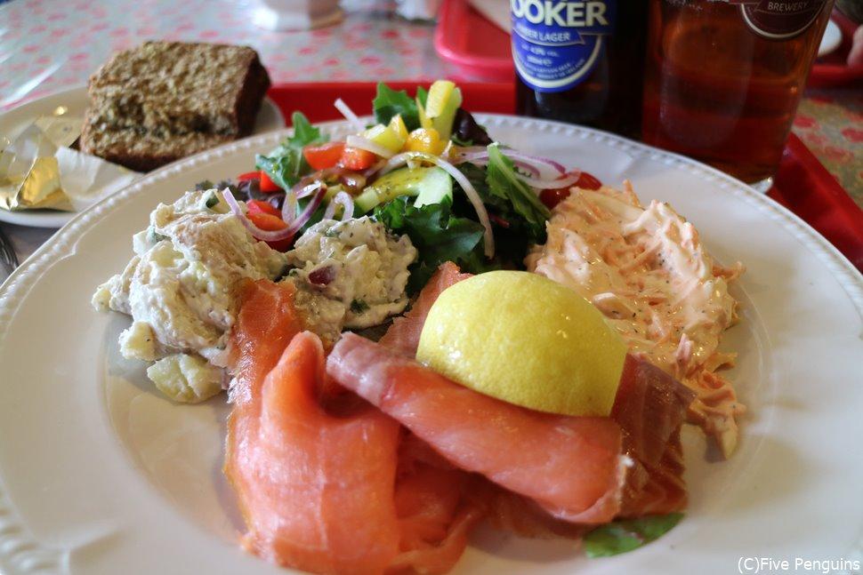 イニシュモア島のレストランの、スモークサーモンサラダ