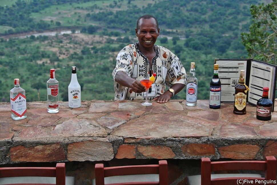 眼下に広がるサバンナを見ながら乾杯!(ムパタクラブ マサイマラ動物保護区)