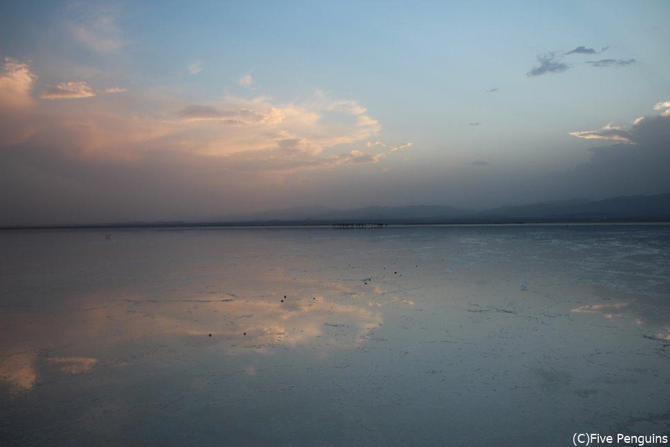 天空の鏡 アサレ湖の塩田(エチオピア)
