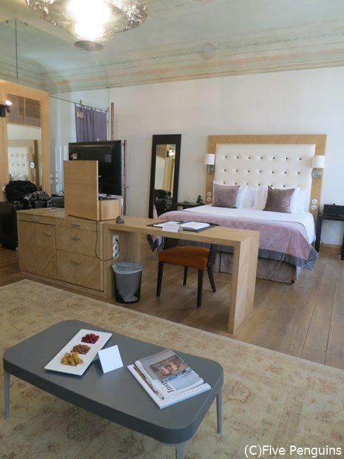 お部屋はモダンで落ち着きのあるデザイン。