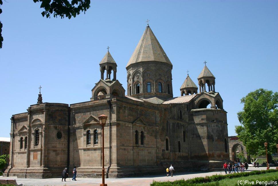 アルメニア正教の総本山で世界遺産のエチミアジン大聖堂