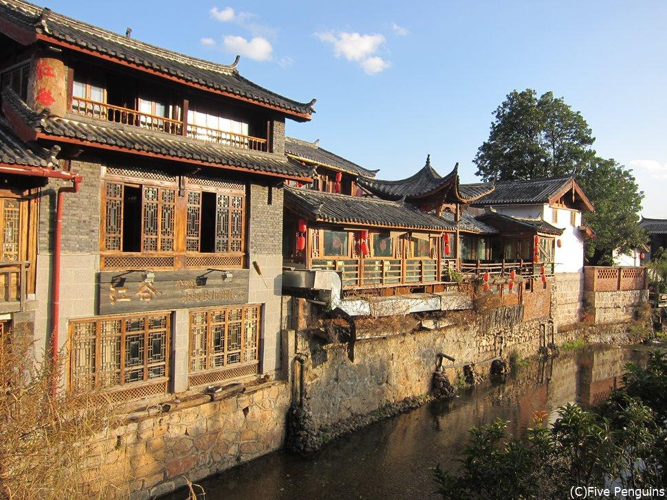 農村風景と古い町並みの調和したナシ族の古い村束河古鎮