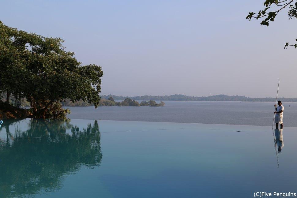 バワ氏が考案した湖と一体になったかのように見えるインフィニティプール