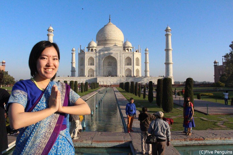 これぞ女子旅 サリーを着てタージマハールを背景に写真撮影