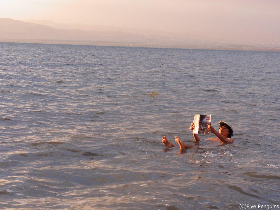 死海に浮かびながら、読書をする定番ポーズで1枚