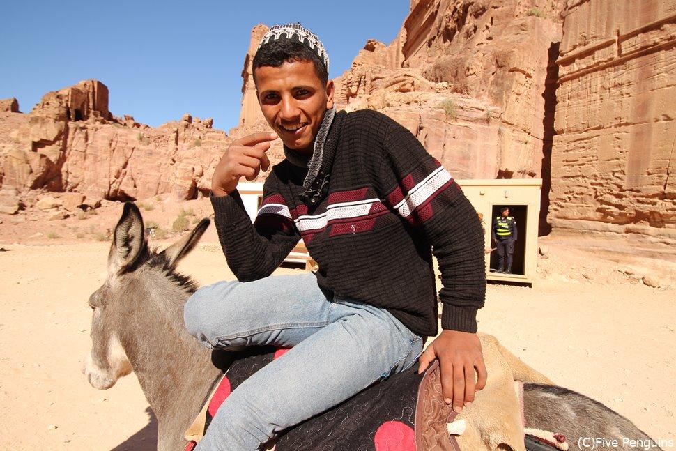 ペトラ遺跡での移動は馬やラクダを使う手も。ただし客引きはかなりしつこい。