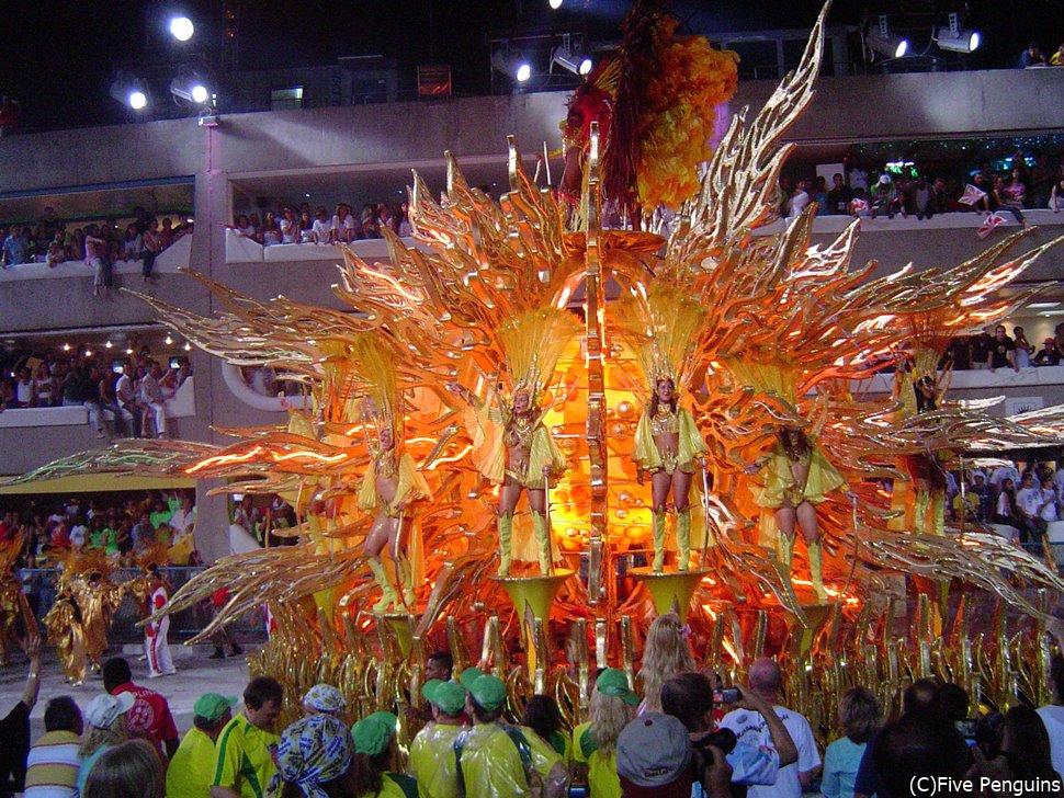 例年、2~3月に開催されていたリオのカーニバル