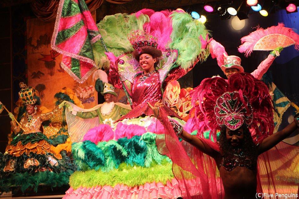 踊り子さんの笑顔がまぶしい <サンバショー/リオデジャネイロ>