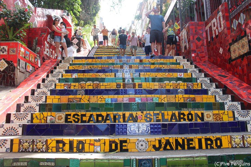 リオデジャネイロの人気スポット、セラロンの階段 (Escadaria Selarón)