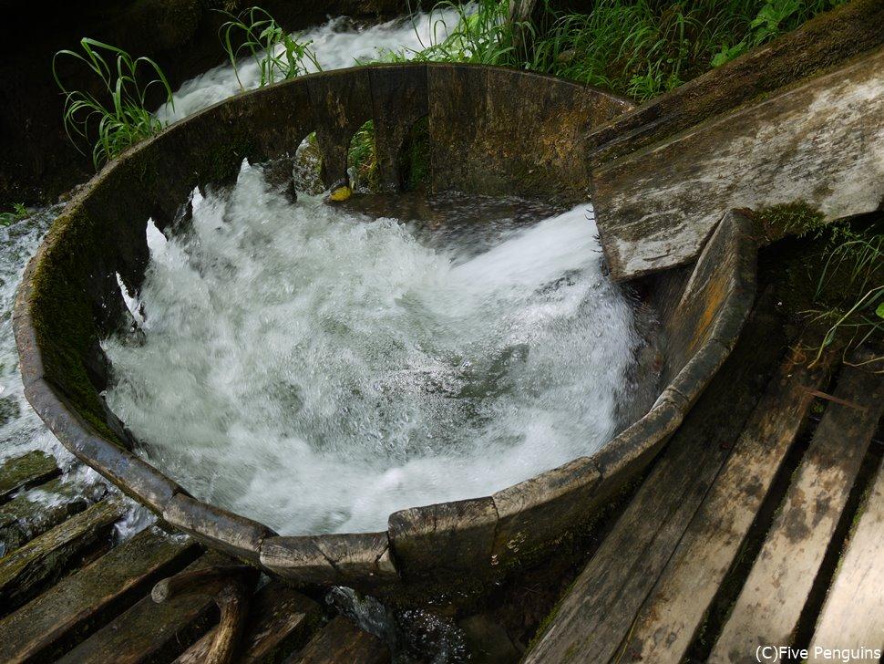 流れる水の力を利用した原始的な洗濯機