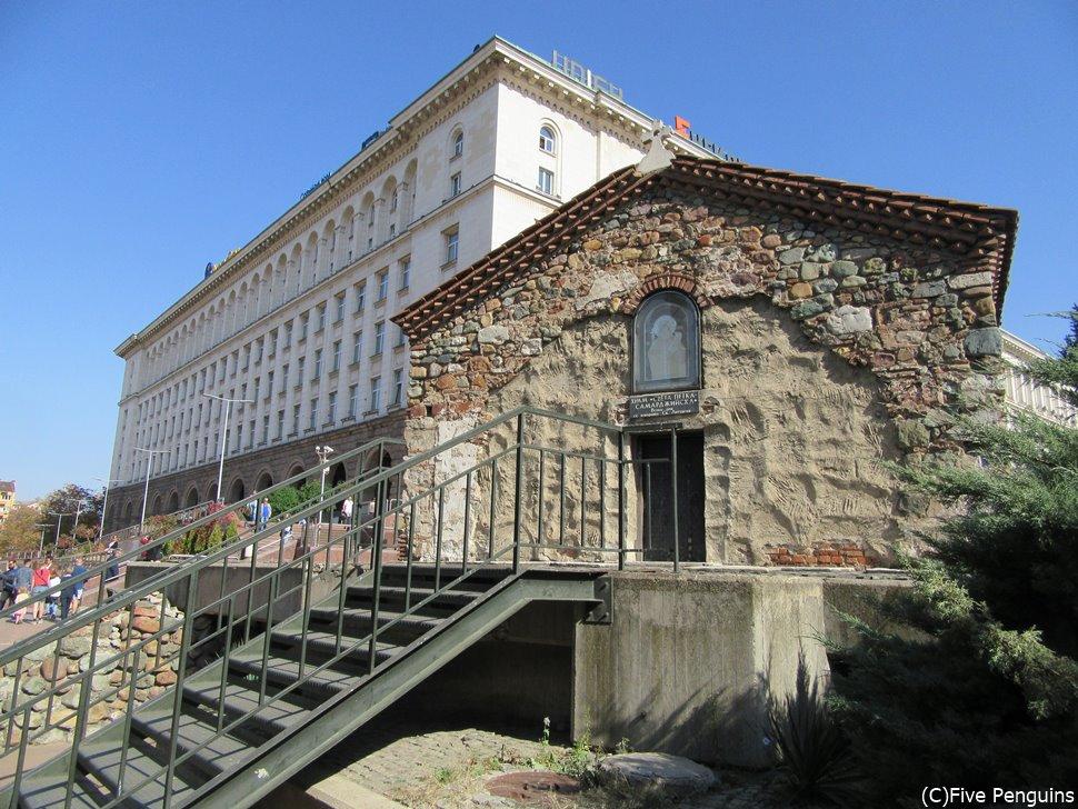 窓もない質素な外観だが、内部の装飾はすばらしい聖ペトカ地下教会。