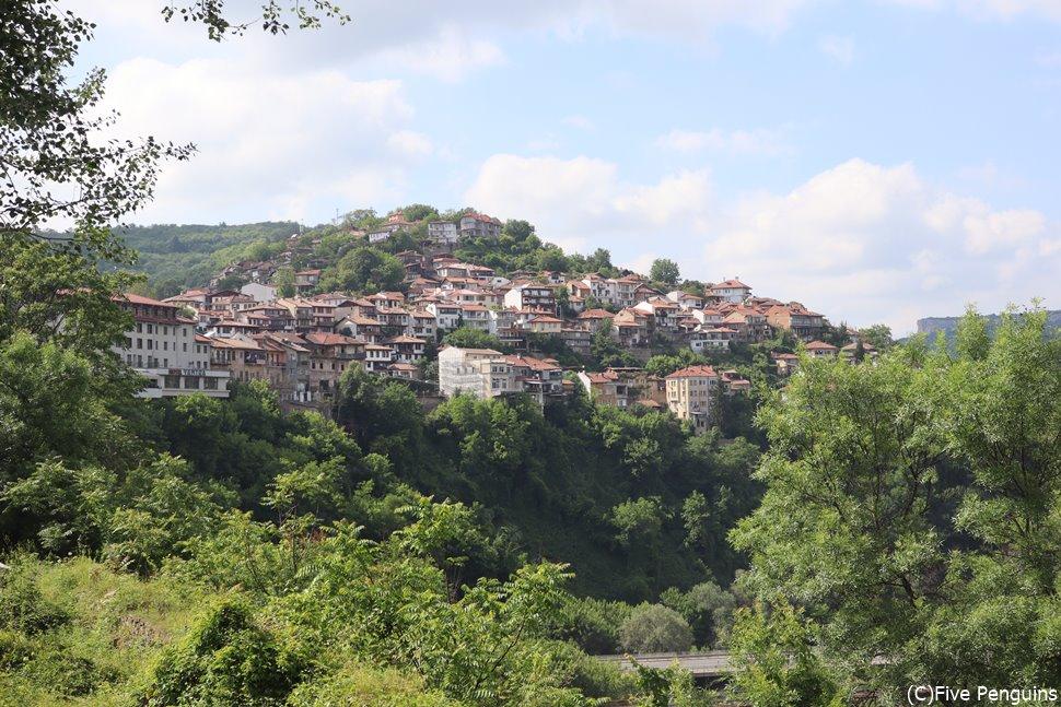 崖の斜面に民家が連なるヴェリコ・タルノボ。
