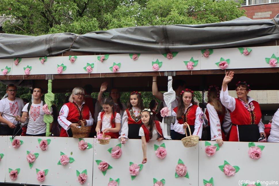 街中がピンクに染まる バラの谷カザンラクのバラ祭り
