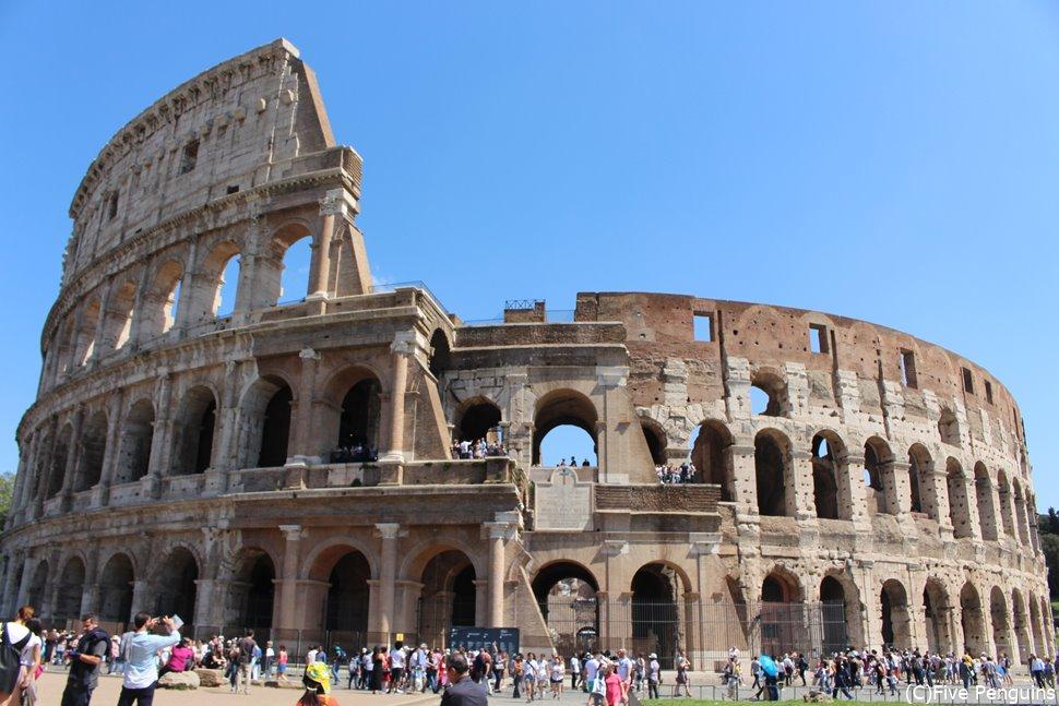 こちらがローマのコロッセオ。すごい数の観光客ですね。