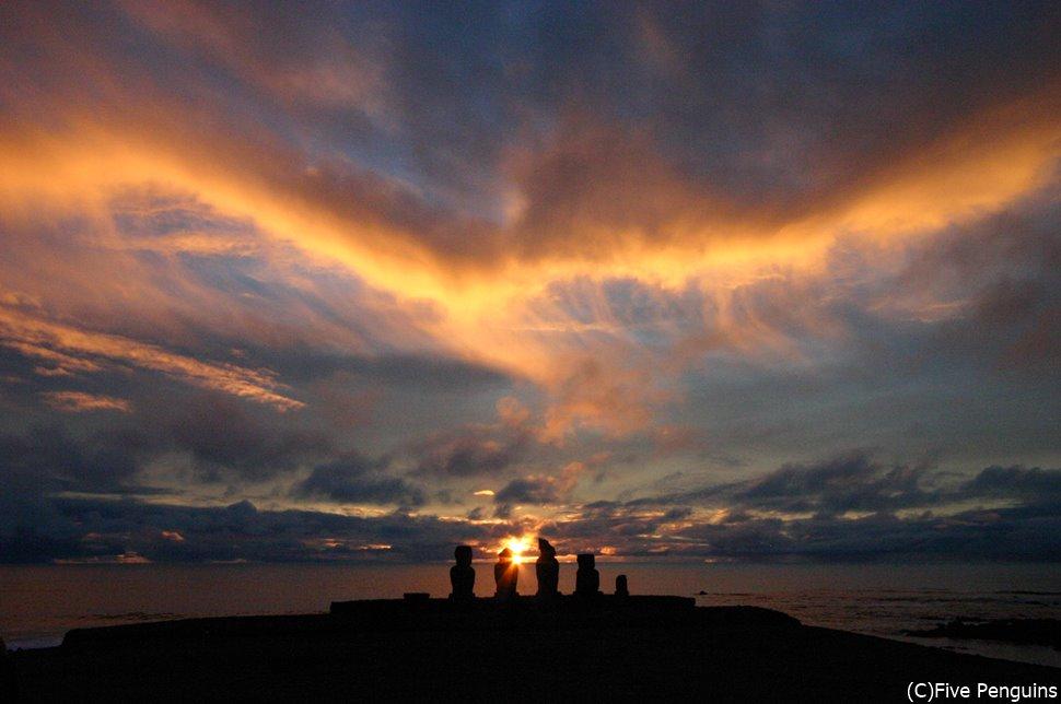 イースター島・タハイ儀式村のアフ・バイ・ウリの遠くに沈む夕陽
