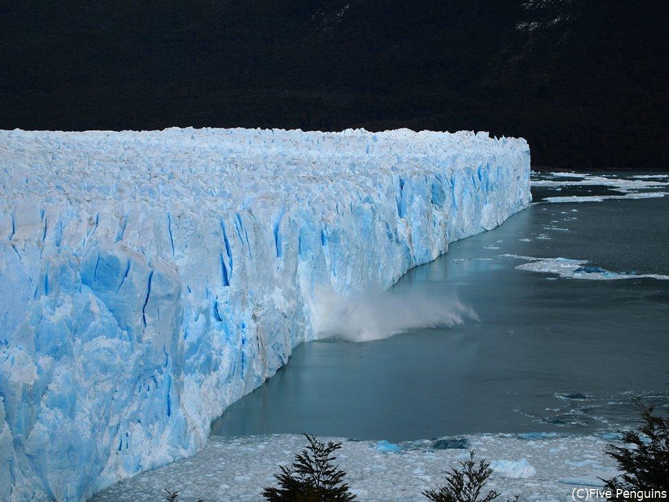 ゴーとする轟音に振り向くと、氷壁が目の前で崩落した瞬間でした。