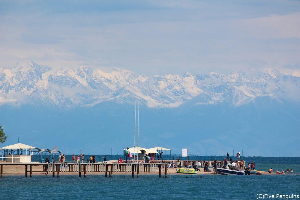 イシク・クル湖とその上に浮かんでいるような天山山脈