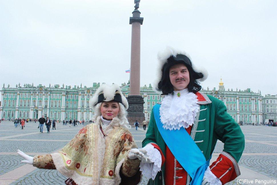 サンクトペテルブルクの宮殿広場の観光モデルさん