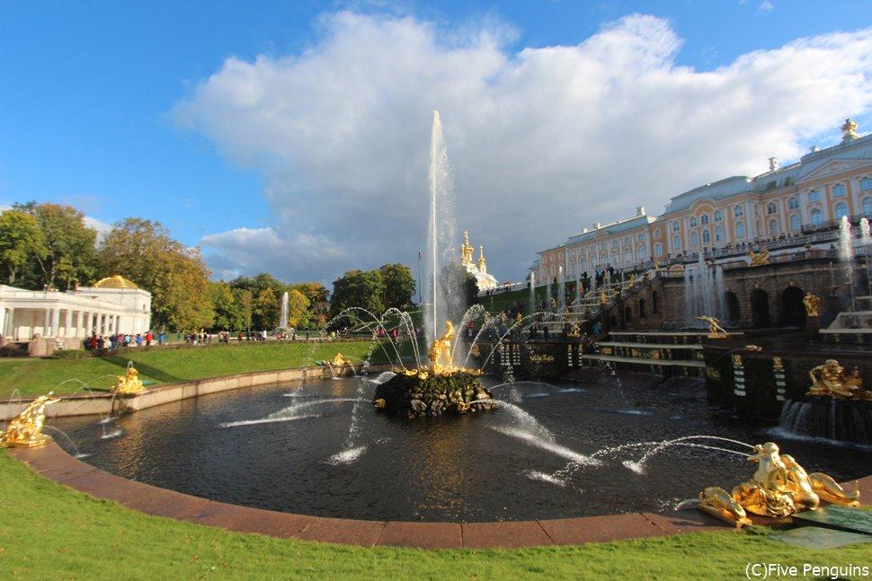 噴水と庭園と宮殿のアンサンブルが美しいペテルゴーフ噴水公園