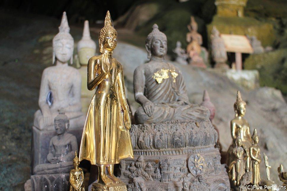 真っ暗な中で浮かび上がる仏像はどことなく不気味な雰囲気も。