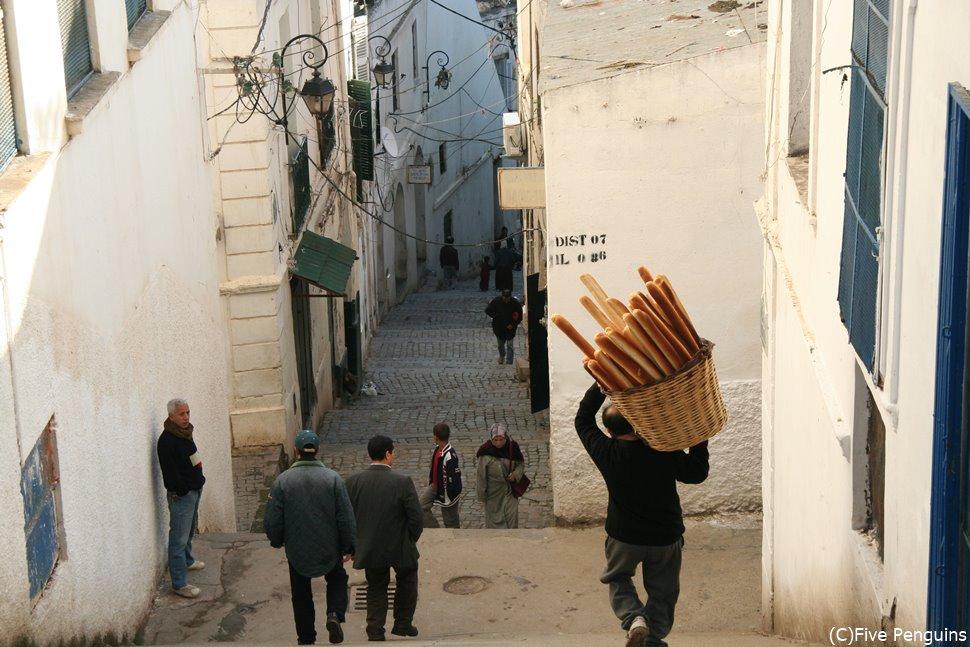 カスバの日常の風景。バゲットを運ぶ人