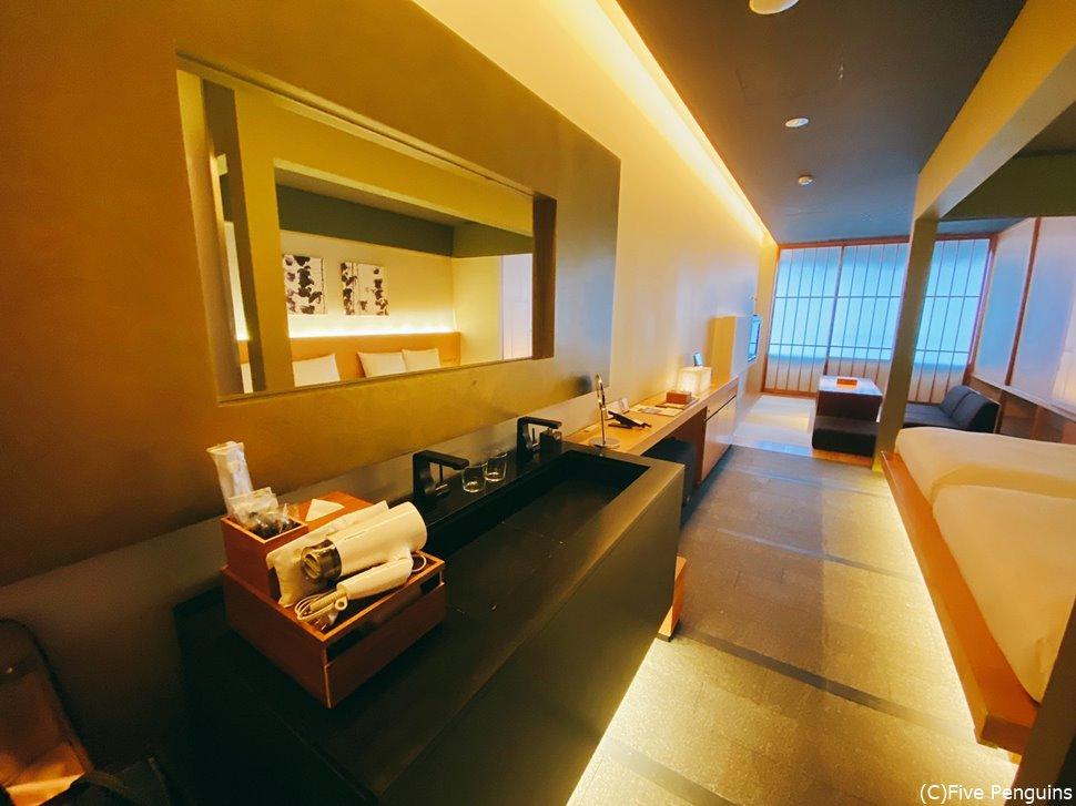2人で泊まるには十分な広さ。お部屋も明かるく過ごしやすいです。