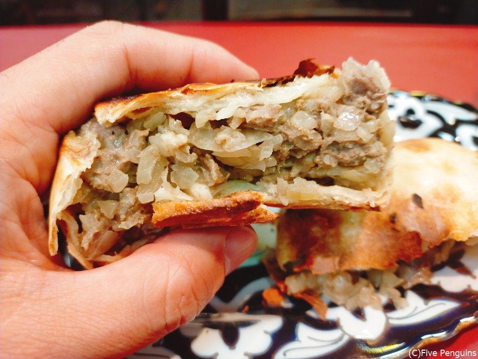 中にはお肉がぎっしりのタンディールサムサ