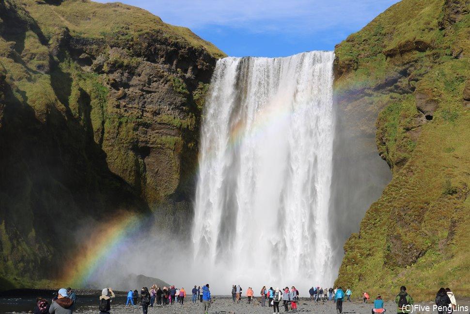 吹き上がる水で虹がかかったスコゥガフォス滝(南部アイスランド)