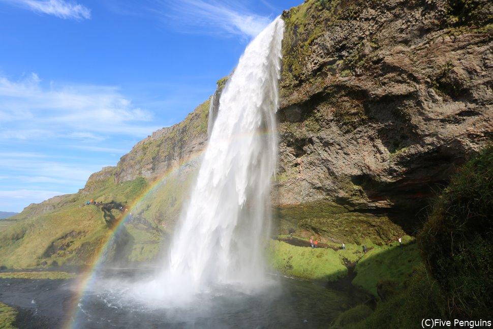 アイスランドのセリャラントスフォス滝は滝つぼの裏を歩けるんです。