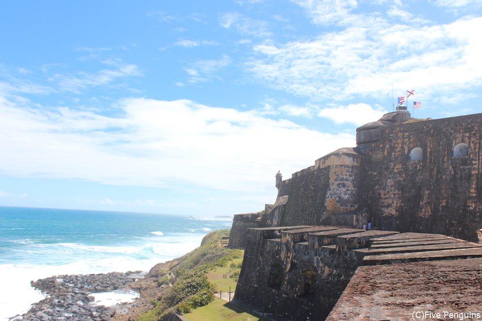 海に突き出たエルモロ要塞