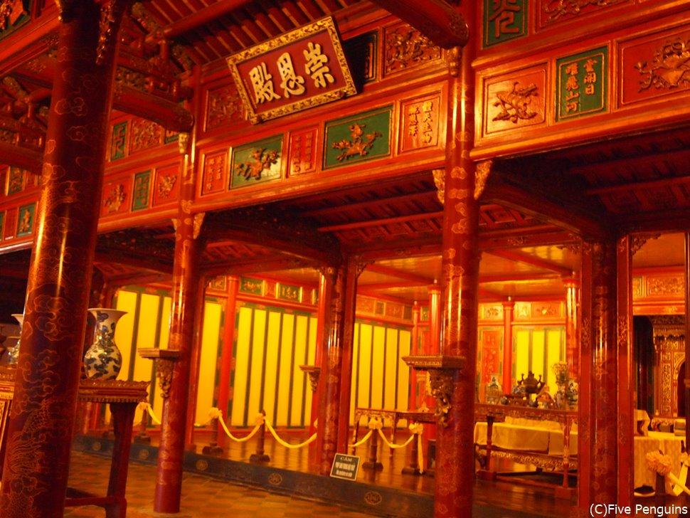 フエ郊外にあるミンマン帝廟。中国風の廟で美しい。