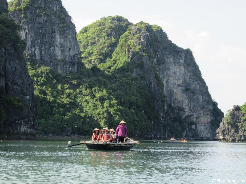ハロン湾クルーズではボートに乗り換えて奇岩に近づくことも!
