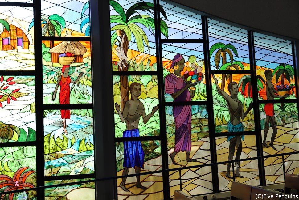アビジャンのセントポール大聖堂のステンドグラス