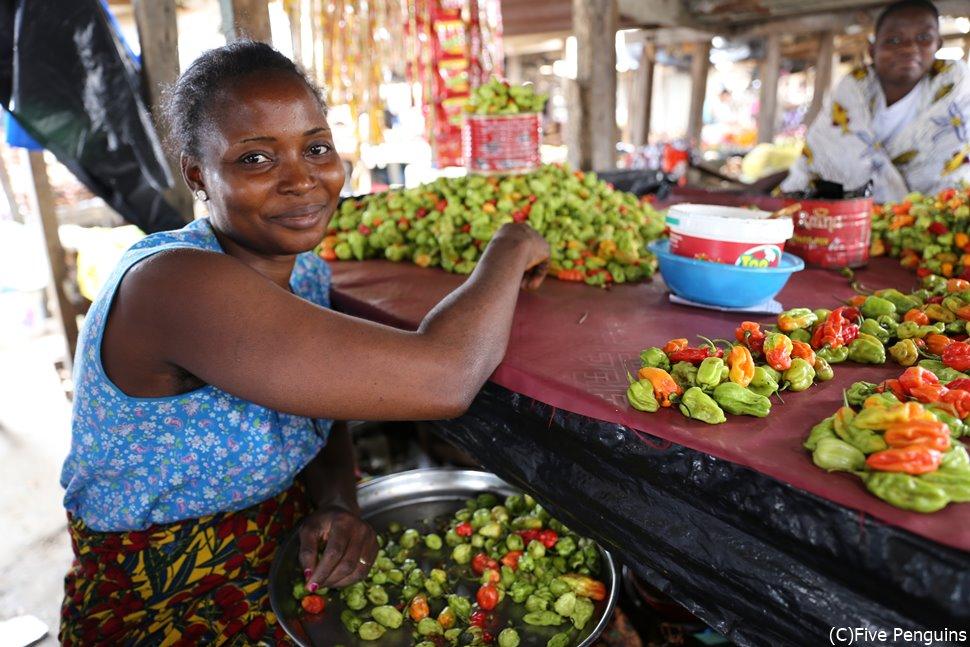 アビジャンのマーケットでは色とりどりの野菜も売られている