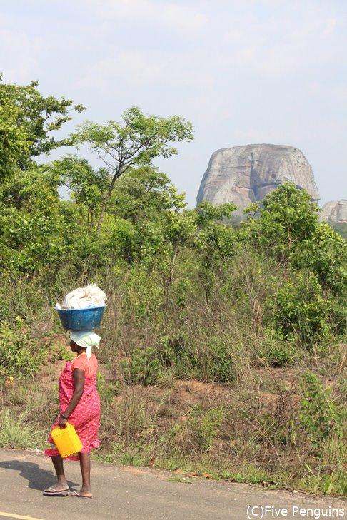 ペドラス・ネグラスの一部を遠目に見る。女性は皆、頭に荷物を載せて運んでいる